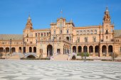 SEVILLE, SPAIN - OCTOBER 27, 2014: Plaza de Espana square designed by Anibal Gonzalez (1920s) in Art Deco and Neo-Mudejar style. — Stock Photo