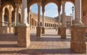 севилья, испания - 28 октября 2014: портик площади de квадрат испании, разработанный anibal gonzalez (1920-е) в ар-деко и стиле neo-mudejar. — Стоковое фото