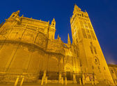 SEVILLE, SPAIN - OCTOBER 28, 2014: Cathedral de Santa Maria de la Sede with the Giralda bell tower in morning dusk. — Stock Photo