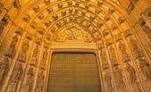 SEVILLE, SPAIN - OCTOBER 28, 2014: The main west portal (Puerta de la Asuncion) of Cathedral de Santa Maria de la Sede by Pedro de Toledo, J. de Hoces, F.de Rosales for neo-gothic part. — Fotografia Stock