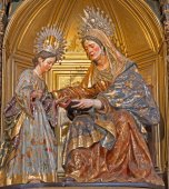 SEVILLE, SPAIN - OCTOBER 28, 2014: The st. Ann and child Mary from year 1714 by Jose Montes de Oca on side alta of baroque Church of El Salvador (Iglesia del Salvador). — Stock Photo