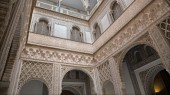 SEVILLE, SPAIN - OCTOBER 28, 2014: The atrium in Alcazar of Seville. — Stock fotografie