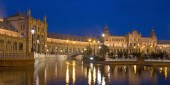 Seville - The canal on the Plaza de Espana square designed by Anibal Gonzalez (1920s) in Art Deco and Neo-Mudejar style in evening dusk. — Stock Photo