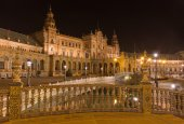 Seville - Plaza de Espana square designed by Anibal Gonzalez (1920s) in Art Deco and Neo-Mudejar style at night. — Stock Photo