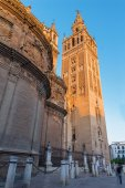 SEVILLE, SPAIN - OCTOBER 30, 2014: Cathedral de Santa Maria de la Sede with the Giralda bell tower in morning dusk. — Stock Photo