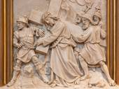 VIENNA, AUSTRIA - DECEMBER 17, 2014: Simon of Cyrene help Jesus to carry his cross. Relief as one part of Cross way cycle in Sacre Coeur church by R. Haas from end of 19. cent. — Stock Photo