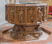 VIENNA, AUSTRIA - FEBRUARY 17, 2014: Lower part of gothic marble baptistery of St. Stephens cathedral or Stephansdom in st. Katherine chapel (1481). — Foto Stock