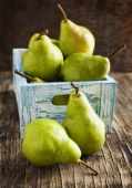 Fresh pears in a wooden box — Стоковое фото