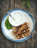 Barbecue chicken skewers with yogurt sauce. — Stock Photo