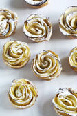 Apple roses. Cakes Apple Roses made from puff pastry with apple — Stock Photo