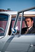 Rétro années 60 mode pour homme portant gris costume avec cravate sittin — Photo