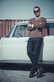 レトロ 50 年代ビジネス ファッション男再び傾いてサングラス — ストック写真