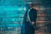 Vintage Afro-Amerikaanse jazz-muzikant met saxofoon in front o — Stockfoto