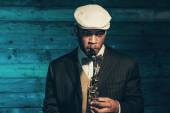 Vintage african american jazz musician with saxophone in front o — Foto de Stock