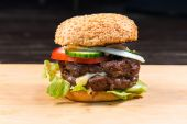 Big hamburger with fresh vegetables — Stockfoto