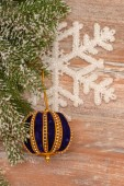 Snowy christmas tree and ball — Foto de Stock