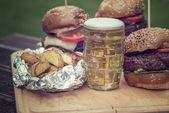 美味的烤的汉堡和杯冷啤酒 — 图库照片