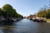 Barcaças e barco no canal cidade — Fotografia Stock