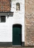 Estátua da Virgem Maria com o bebê na porta da casa velha — Fotografia Stock