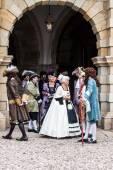 Hóspedes do grupo em trajes da corte do século XVIII — Fotografia Stock