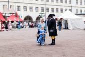 Mãe e filha em trajes do morador da cidade do século XVIII — Fotografia Stock