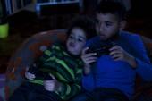 Twee vrienden spelen van computerspel, 's nachts — Stockfoto