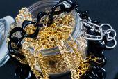 Falska smycken och kedjor — Stockfoto