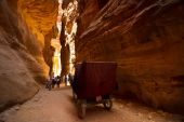Cart and tourists in the siq at Petra, Jordan — Stock Photo