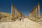 Main road of Jerash with tourists — Stock Photo
