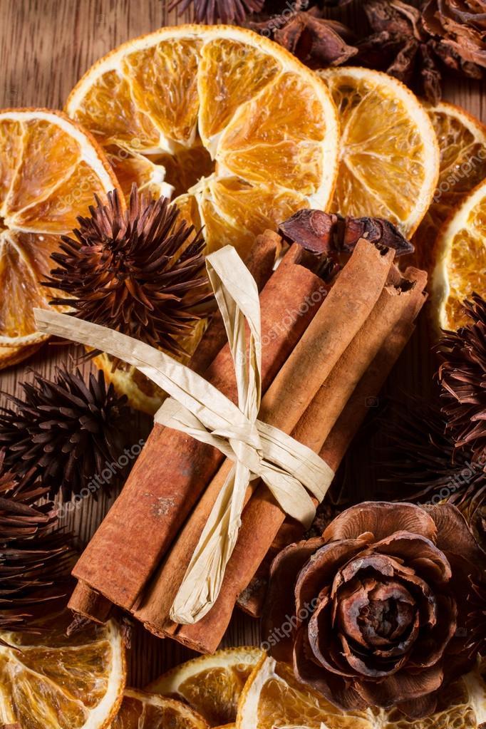 adornos navideos naturales u fotos de stock