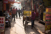 DELHI, INDIA - DEC 31: An unidentified rickshaw driver supplying — Stock Photo