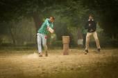 アグラ, インド - 1 月 9 日: 若い男の子 Ag のパルクでクリケットをプレー — ストック写真