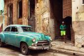 HAVANA - FEBRUARY 18: Classic car and antique buildings on Febru — Stock Photo