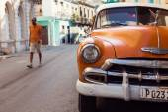 HAVANA - FEBRUARY 17: Classic car and antique buildings on Febru — Zdjęcie stockowe