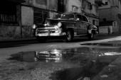 Havana - 17 Şubat: Klasik araba ve antika binalar Febru üzerinde — Stok fotoğraf