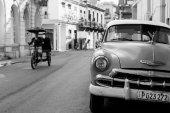 HAVANA - FEBRUARY 17: Classic car and tuc tuc in bacground on Fe — Stock Photo