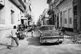 La Habana - 17 de febrero: Clásico coche y antiguos edificios en febrero — Foto de Stock