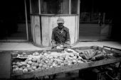HAVANA - FEBRUARY 17: Unkown man selling fruits on street of Hav — Stock Photo
