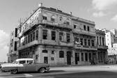 HAVANA - FEBRUARY 17: Classic car and antique buildings on Febru — Foto de Stock