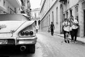 HAVANA - FEBRUARY 18: Classic car and antique buildings on Febru — Foto de Stock