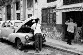 People working on a classic car in Havana, Cuba — Stock Photo
