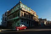 HAVANA - FEBRUARY 25: Classic car and antique buildings on February 25, 2015 in Havana. These vintage cars are an iconic sight of the island — Stock Photo