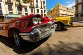 HAVANA - FEBRUARY 26: Classic car and antique buildings on Febru — 图库照片
