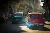 HAVANA - FEBRUARY 25: Classic car and antique buildings on Febru — 图库照片