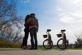 Paar halten jeden anderen mit Fahrräder und zwei, blauen Himmel ein — Stockfoto