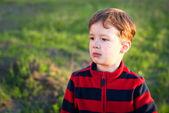 Kleiner junge im freien — Stockfoto