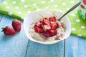Milk oatmeal porridge with strawberries — Stock Photo