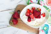 Curd with yogurt and strawberries — Stock Photo
