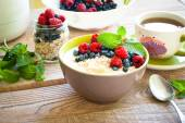 Healthy breakfast - oatmeal with berries — Stock Photo