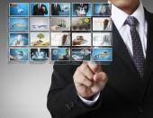 Homem a impingir uma fotos digitais de tela de toque — Fotografia Stock